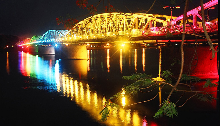 What to do in Hue at night - Hue Nightlife - Truong Tien Bridge