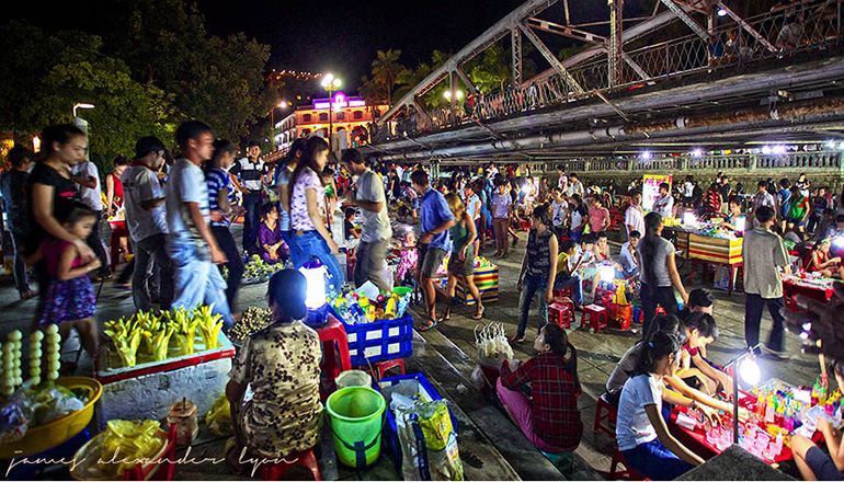 What to do in Hue at night - Hue Nightlife - Night Market