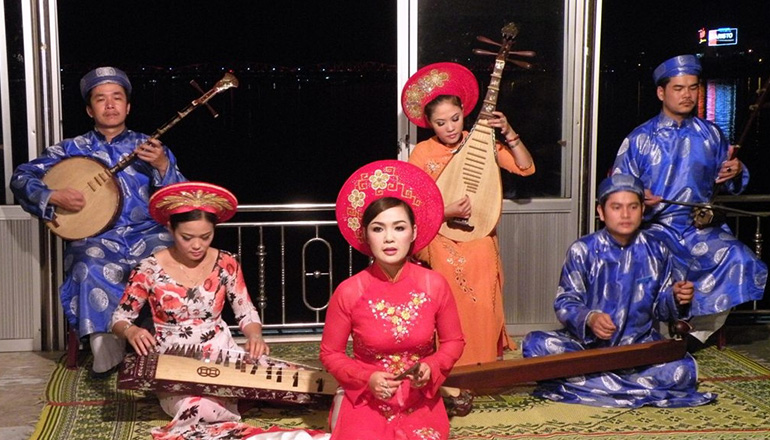 What to do in Hue at night - Hue Nightlife - Dragon Boat Hue Folk Song